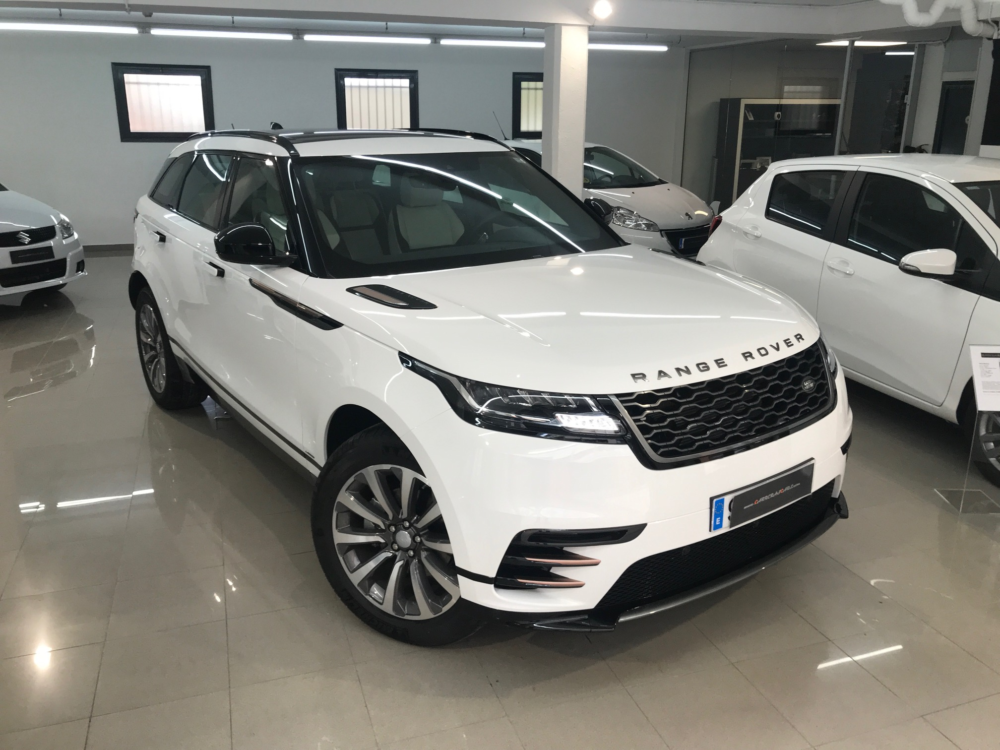 land rover range rover velar d240 240cv r dynamic carreras cars. Black Bedroom Furniture Sets. Home Design Ideas